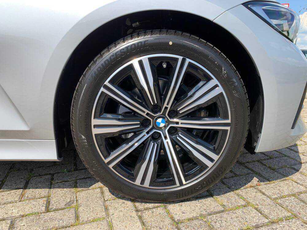 BMW 3 serie sedan 320ia wiel