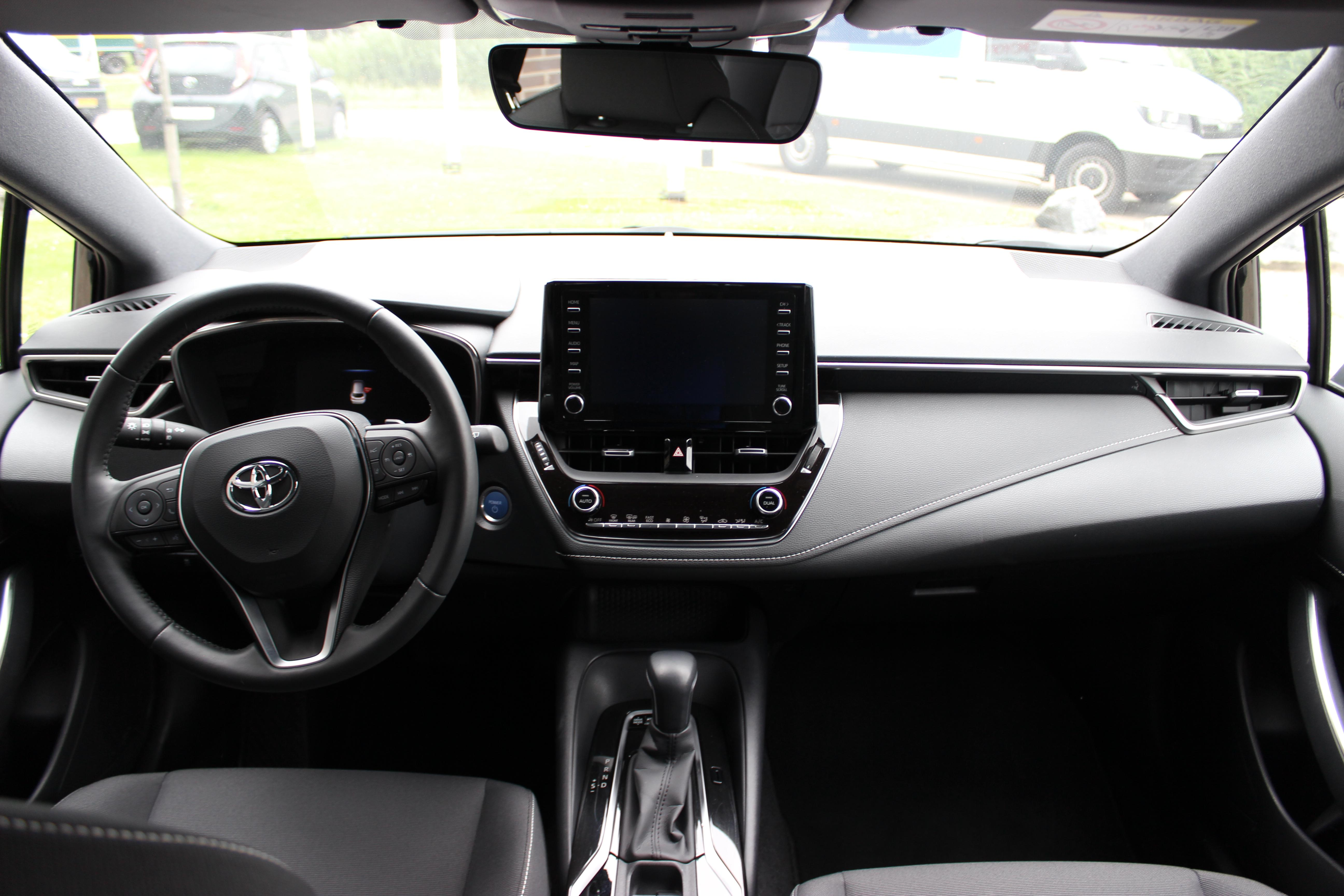 Toyota Corolla TS Hybrid 2.0 binnenkant