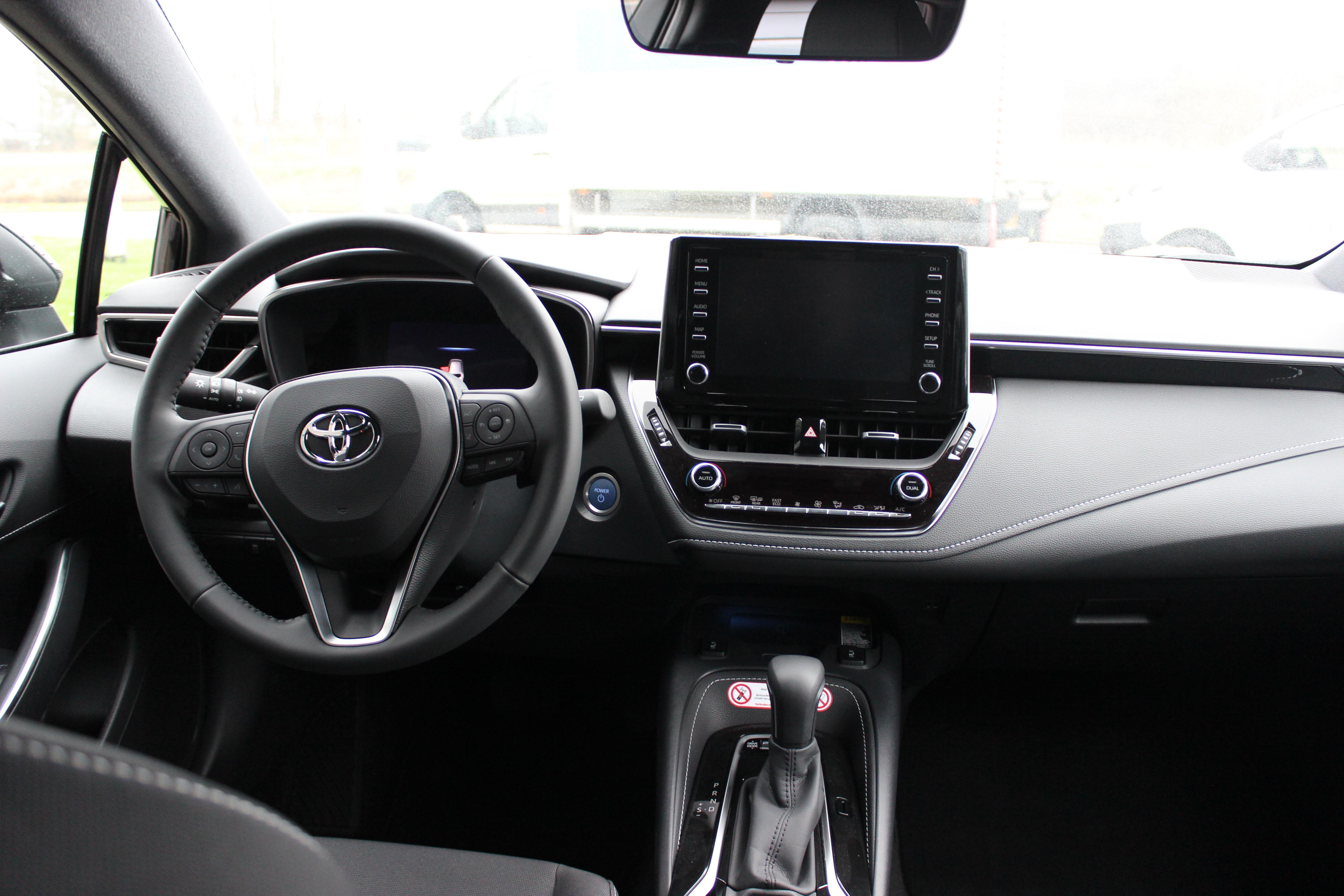 Toyota Corolla TS Hybrid 2.0 dashboard